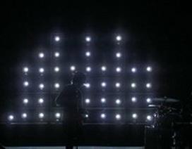 Phông sân khấu đẹp ấn tượng làm bằng...250 chiếc máy ảnh