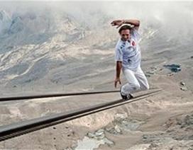 Thót tim màn đi trên dây cáp treo dẫn lên đỉnh núi