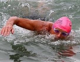 Ông già 70 tuổi bơi qua eo biển Manche