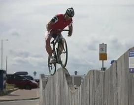 Thán phục màn biểu diễn mạo hiểm trên… xe đạp đua