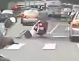"""Clip """"Cô gái bị kéo lê bằng xe máy"""" gây phẫn nộ trên internet tuần qua"""