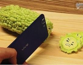 Smartphone mỏng nhất thế giới khoe tài... cắt rau củ