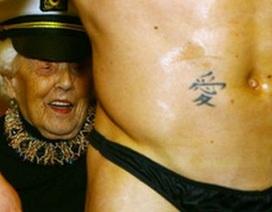Thuê vũ công thoát y để mừng sinh nhật tuổi 100