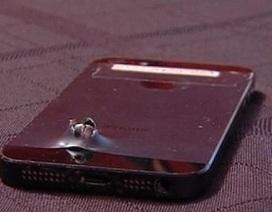 Thoát chết nhờ iPhone 5S đỡ mảnh bom văng vào người