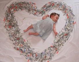 Bức ảnh em bé IVF say ngủ giữa vòng ống tiêm gây bão mạng