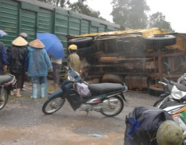Xe tải bị tàu tông lật nhào, tài xế thoát chết