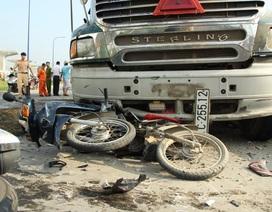 Xe bồn đâm hàng loạt xe máy, 7 người nhập viện