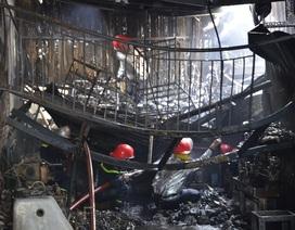 70 chiến sỹ PCCC khống chế đám cháy lớn giữa khu dân cư