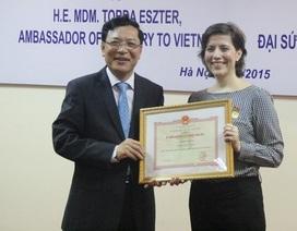 """Tặng kỷ niệm chương """"Vì sự nghiệp Giáo dục"""" tới Đại sứ Hungary"""