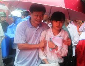 """Nghệ An: Mưa lớn, phụ huynh """"dầm mưa"""" đón con rời trường thi"""