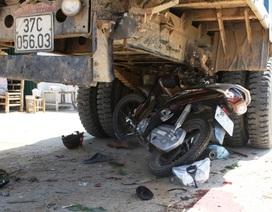 Xe máy lao vào gầm xe tải, 2 cha con thương vong