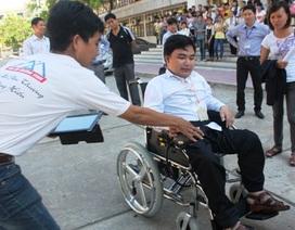 """Trao tặng xe lăn điện đến sinh viên """"đi học trên lưng cha"""""""