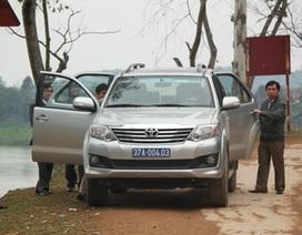 """""""Phớt lờ"""" lệnh cấm, xe công đi hội đền Quả Sơn"""