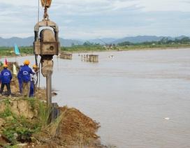 """Gia cố đoạn đường sắt bị sông Lam """"dọa nuốt"""""""