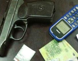 """Thuê taxi """"áp tải"""" ma túy bằng súng K59"""