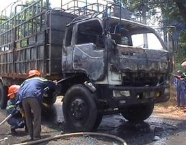 Vướng dây điện hạ áp, xe tải liên tiếp bốc cháy