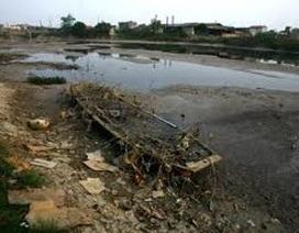 """Bắt quả tang công ty giấy xả thải """"bức tử"""" sông Ngũ Huyện Khê"""