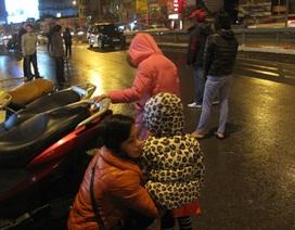 """Người Hà Nội """"trầy trật"""" vẫy taxi trong mưa, rét"""