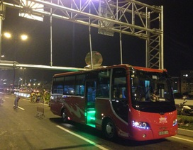 Xe khách mắc kẹt trên cầu Sài Gòn