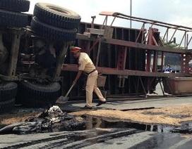 """CSGT """"đội nắng"""" xử lý dầu nhớt tràn đầy đường"""