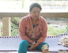 Người mẹ thảm thiết tiễn biệt hai con, ở lại chăm chồng
