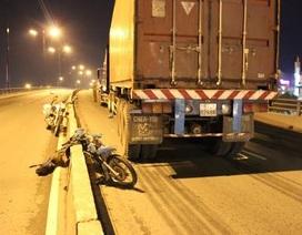 Liều mạng chạy xe máy trên cầu vượt, người đàn ông tử vong