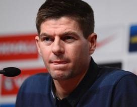 Steven Gerrard ủng hộ CĐV lên án Rio Ferdinand
