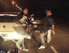 """""""Cậu bé vàng"""" Maradona tung cước, hành hung phóng viên"""