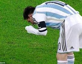Thi đấu uể oải, Messi lại nôn khan ngay trên sân