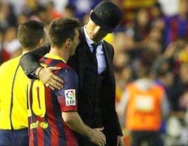 C.Ronaldo khoác vai an ủi Messi