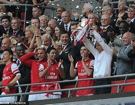"""Arsenal """"giải khát"""" danh hiệu: Bừng tỉnh sau giấc mộng dài"""