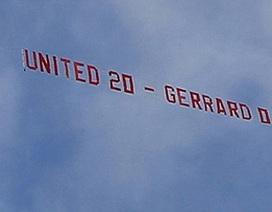 Cổ động viên MU thuê máy bay chế nhạo Gerrard