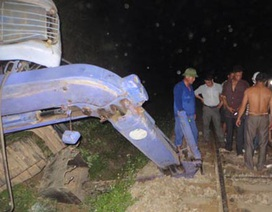Máy múc rơi xuống đường ray, tàu hỏa Bắc - Nam ngừng chạy hơn 6 tiếng