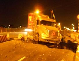 Container mất lái lao qua dải phân cách ngay đầu cầu vượt thép
