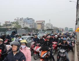 """Hà Nội: Hàng vạn người """"chôn chân"""" trên QL1A"""