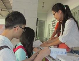 Đông nghịt thí sinh trong ngày đầu nhận giấy báo dự thi THPT quốc gia