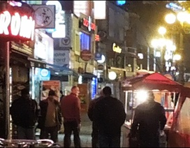 Trường học bị bao vây bởi… quán bar