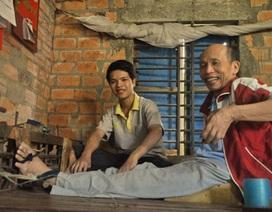 Cậu học trò mua phế liệu làm xe lăn cho người cha bị liệt