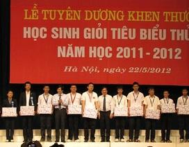 Tặng bằng khen cho học sinh giỏi quốc gia