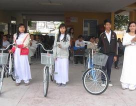 Tặng xe đạp cho học sinh khó khăn