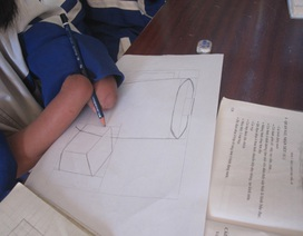 Cô học trò J'Rai không tay và ước mơ trở thành họa sĩ