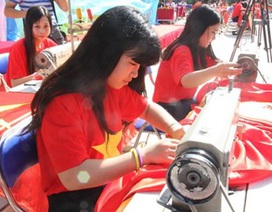 Học sinh Hà Nội may 300 lá cờ Tổ quốc tặng Trường Sa