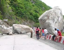 Thông xe đường lên núi Cấm sau vụ đá khổng lồ lăn