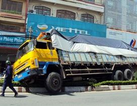 Xe tải mất phanh, nằm nghiêng trên dải phân cách