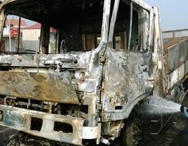 Hà Nội: Xe tải cháy rụi trên đường dẫn cầu Thanh Trì
