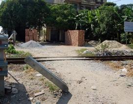 Hà Nội: Ngang nhiên phá rào chắn đường sắt để mở đường ngang