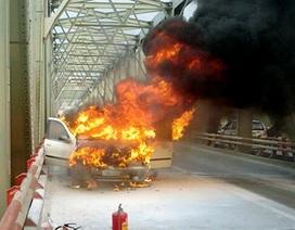 Hà Nội: Ô tô cháy ngùn ngụt trên cầu Chương Dương