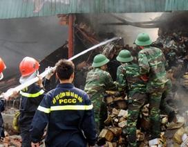 """Cảnh """"vật lộn"""" với khói lửa trong đám cháy kho hàng ở Hà Nội"""