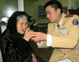 Hà Nội: CSGT tìm người thân giúp cụ già 91 tuổi lạc dưới mưa