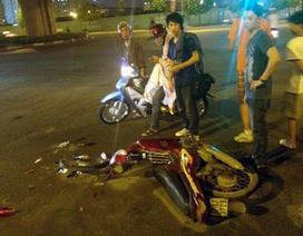 Hà Nội: Xe máy nát đầu, văng bánh sau cú tông ô tô